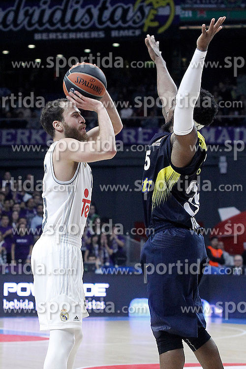 03.12.2015, Palacio de los Deportes, Madrid, ESP, FIBA, EL, Real Madrid vs Fenerbahce Ulker Istanbul, Halbfinale, im Bild Real Madrid's Sergio Rodriguez (l) and Fenerbahce Istambul's Bobby Dixon // during thesemifinall Match of the Turkish Airlines Basketball Euroleague between Real Madrid and Fenerbahce Ulker Istanbul at the Palacio de los Deportes in Madrid, Spain on 2015/12/03. EXPA Pictures © 2015, PhotoCredit: EXPA/ Alterphotos/ Acero<br /> <br /> *****ATTENTION - OUT of ESP, SUI*****
