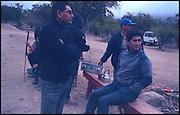 """En Octubre de 2014 la Corte Suprema de Chile dio razón a la gente de Caimanes y en un fallo histórico planteo que la minera debe restituir el curso de las aguas del estero Pupio, la minera hizo caso omiso del fallo y mediante subterfugios legales aun no se hace cargo; los poblador@s de Caimanes, muchos """"ex Maurinos"""" se toman un camino interior y durante 75 días mantienen una toma pacífica exigiendo que la minera respete el fallo, a principios de febrero, mientras el país está en el frenesí estival, la minera solicita a carabineros de Chile, funcionarios del estado, que desalojen la ruta, el día 6 de febrero un impresionante contingente de FFEE llega al lugar y procede a destruir las instalaciones que las personas habían armado, al no contar con ninguna orden de desalojo se ven obligados a retirarse pero bloquean la entrada del camino interior no dejando entrar alimentos, personas, ni agua, eso da un golpe de gracia a la toma, las personas muchas de ellas niñ@s y  tercera edad no pueden caminar 9 km por el cerro para llegar a la toma, el día domingo 9 de febrero llega otro contingente de carabineros que ahora con una solicitud escrita con membrete de la minera y una orden del gobernador (quien paradójicamente es del mismo pueblo). A las 20 personas que quedaban carabineros les dio la orden de retirarse del lugar antes de las 12:00 hrs. de dicho día, ante eso nada se podía hacer más que juntar las pilchas y moverse. Hasta ahora, carabineros de Chile, institución que debería proteger y cuidar a l@s ciudadanos tiene sitiado el pueblo de Caimanes  bajo órdenes de minera Los Pelambres."""