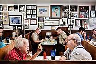 Amerikansk pr&aelig;sidentvalg 2016.<br /> De to gamle venner Scott og Ralph spiser som s&aring; ofte f&oslash;r frokost p&aring; Johnnie's Drive In i Tupelo, Mississippi. Dineren er kendt for at v&aelig;re stedet hvor Elvis som barn spiste sine burgers.