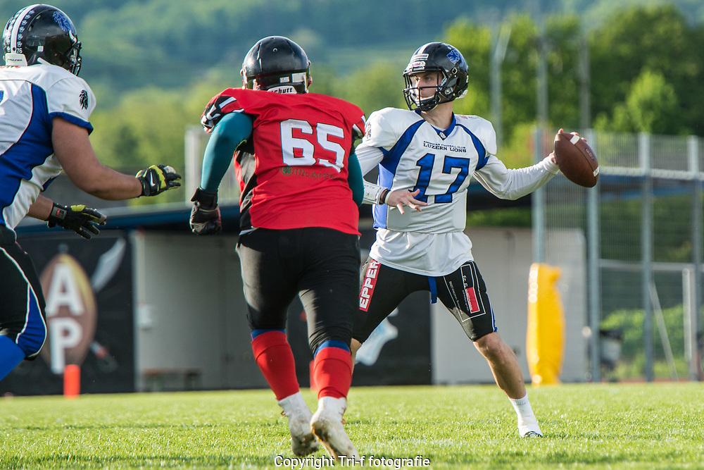 Luzern Lions QB Alex Bridgford bereit vor den Pass zum Touchdwon. Argovia Pirates Reto Spano kommt zu spät.