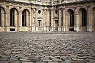 La cour carrée se situe dans la partie du palais du Louvre. Les bâtiments qui la ceignent ont été bâtis aux XVIe et XVIIe siècles, autour du palais médiéval du XIIe siècle (le Vieux Louvre) qui occupait l'intérieur de la cour actuelle. En 1546, François Ier demande aux architectes Pierre Lescot et Jean Goujon de transformer le « Vieux Louvre » en une résidence plus habitable, dans le style Renaissance.