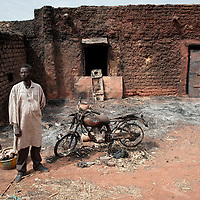27/01/2013. Konna, Mali.  Un habitant de Konna devant sa moto calcinée après les frappes aériennes françaises. ©Sylvain Cherkaoui