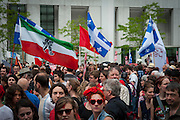 Après 100 jours de grève, les étudiants et la population solidaire ont envahi par centaine de milliers les rues de Montréal pour protester contre la loi78.