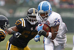 Sept 27, 2009; East Rutherford, NJ, USA; Tennessee Titans running back LenDale White (25) runs for a touchdown during the first half of their game against the New York Jets at Giants Stadium.