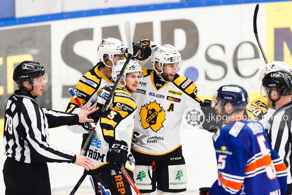 150423 Ishockey, SM-Final, V&auml;xj&ouml; - Skellefte&aring;<br /> Niclas Burstr&ouml;m, Skellefte&aring; AIK, Kirill Kabanov, Pontus Petterstr&ouml;m jublar tillsammans efter m&aring;l 0-2, samtidigt deppar Noah Welch, V&auml;xj&ouml; Lakers Hockey.<br /> &copy; Daniel Malmberg/Jkpg sports photo