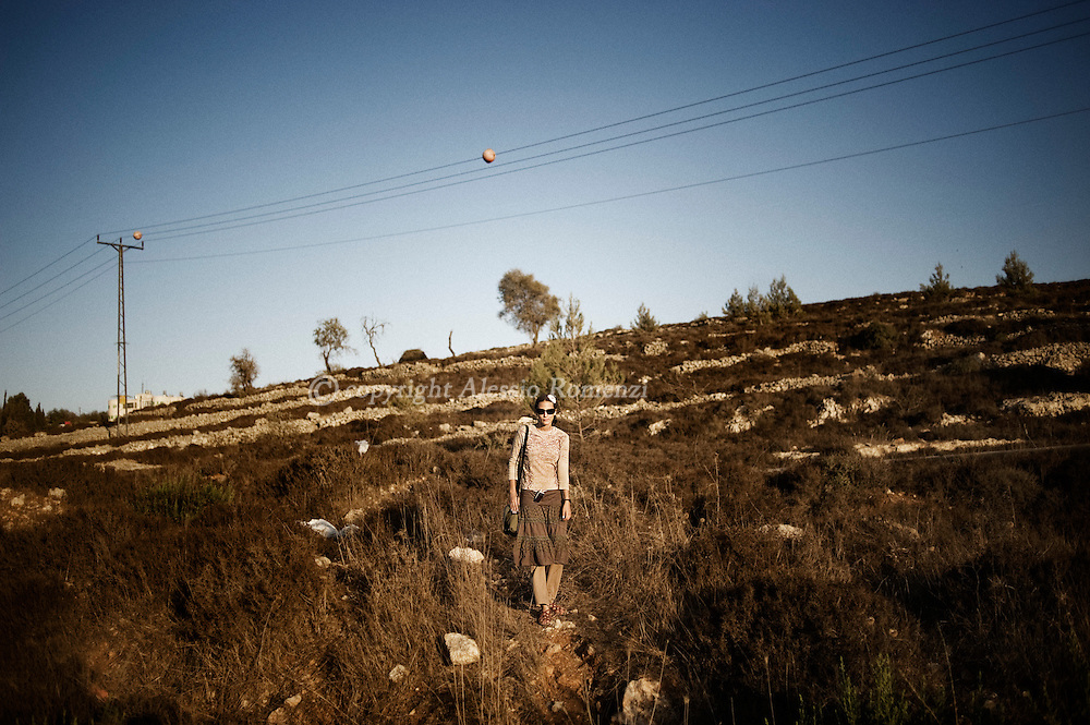 This picture shows an Israeli girl looking at the protest march of the Israeli settlers from the Israeli West bank settlement of Bet El next to Ramallah march on 20 September 2011. ALESSIO ROMENZI
