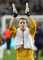 Photo: Maarten Straetemans/Sportsbeat Images.<br /> Anderlecht v Tottenham Hotspur. UEFA Cup. 06/12/2007.<br /> Paul Robinson (Tottenham) greets the fans
