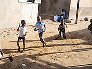Kinderen spelen in de wijk Guédiawaye in Dakar. De wijk is in 2005 zwaar getroffen door overstromingen, waarbij veel huizen zijn verdwenen. De gevolgen hebben nog altijd een forse impact op het leven daar. Er is nog altijd geen goede irrigatie en de gezondheid lijdt onder de vervuiling.