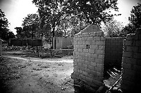 The burnt houses of Beogombo 1, along the Paoua - Bossangoa road have been empty for over two years...Right in the heart of Africa, surrounded by Chad, Sudan and the Democratic Republic of Congo is the Central African Republic (CAR). In line with its neighbours this country is ravaged by internal conflicts. Several rebel groups are engaged in a permanent war with the government. Army and militias have burnt down thousands of villages. The population fled into the bush where an estimated 100,000 still live. ..The Central African Republic has many Internally Displaced People (IDP's). Nobody knows how many. It is almost impossible to register them. There is only one IDP camp in a country the size of Texas. Many crossed the border to Chad, but the majority lives spread out in the bush. Whole communities live in small huts trying to hide amongst the barren trees. Small patches of land are cultivated but don't produce enough to feed the population. The main crop is Cassava. The shortage of food and the unbalanced diet result in children with swollen belies, malnourished babies and a rate of death amongst children under the age of five which, at 167 out of 1000, is one of the highest in the world. ...---.De afgebrande huisjes in Beogombo 1 staan er al een jaar of twee verlaten bij. ..Omringd door Chad, Darfur en de Democratische Republiek Congo ligt de Centraal Afrikaanse Republiek. In lijn met de buren wordt ook dit land verscheurd door interne conflicten. Verschillende rebellengroepen zijn in een permanente oorlog met de regering verwikkeld. Duizenden dorpen zijn door, vooral het leger, maar ook door andere milities afgebrand. De bevolking is gevlucht..Het enige verschil is dat de wereld hier niet in gei?nteresseerd lijkt. Het is een van de armste landen ter wereld, de economie ligt al decennia op zijn gat en zelfs de meeste hulporganisaties lopen met een grote boog om het land heen. ..De Centraal Afrikaanse Republiek (CAR) telt een hoog aantal interne vluchtelingen. Nie