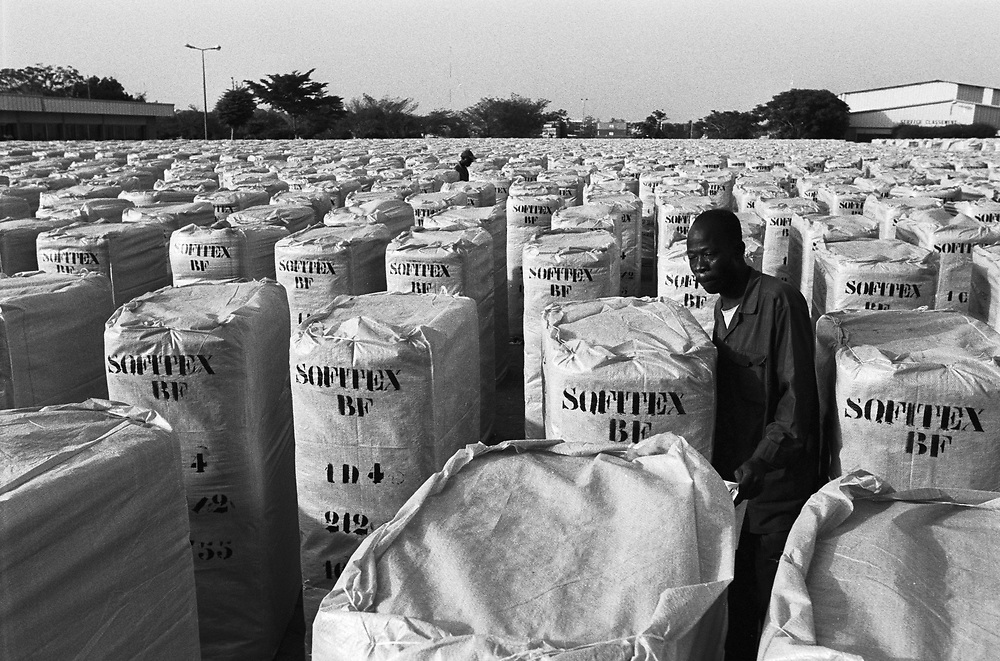 Workers check bails of cotton ready for export at the Sofitex Bobo III cotton factory..Bobo-Dioulasso, Burkina Faso. 16 December 2003..Photo © J.B. Russell