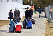 Nederland, Nijmegen,14-4-2016De noodopvang kamp Heumensoord loopt sinds begin maart langzaam leeg. Het COA brengt de asielzoekers elders onder om het tentenkamp op 1 mei leeg te hebben om met de afbraak te kunnen beginnen. 1 juni moet het terrein opgeleverd worden. Vandaag vertrekt een goep van 25 naar Zeewolde. Iedereen mag twee koffers en wat handbagage meenemen. Fietsen moeten achterblijven hoewel sommige kinderen hun fietsje mogen meenemen. Vertrekkende bewoners nemen soms emotioneel afscheid van vrijwilligers en achterblijvers. In de afgelopen maanden zijn vele vriendschappen ontstaan. Het is niet toegestaan om herkenbare  foto's van individuele personen te maken. Van de bijna 3000 vluchtelingen zijn er nu nog zo'n 800 in Heumensoord.Foto: Flip Franssen