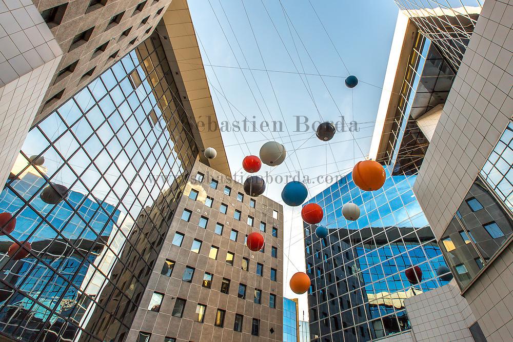 Oeuvres d'art suspendus du centre d'affaire Phoenix // Art sculptures hanged up in Phoenix business center
