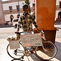 Toluca, México (Febrero 16, 2018).- Jesús Marquez Martínez, ciclo activista por la Paz, como una forma de promover la Cultura de Paz y No Violencia en escuelas de todos los niveles, ha realizado cuatro recorridos por  toda la República Mexicana en su bicicleta, buscando cambiar la mentalidad de la gente sobre la violencia.  Agencia MVT / Crisanta Espinosa.