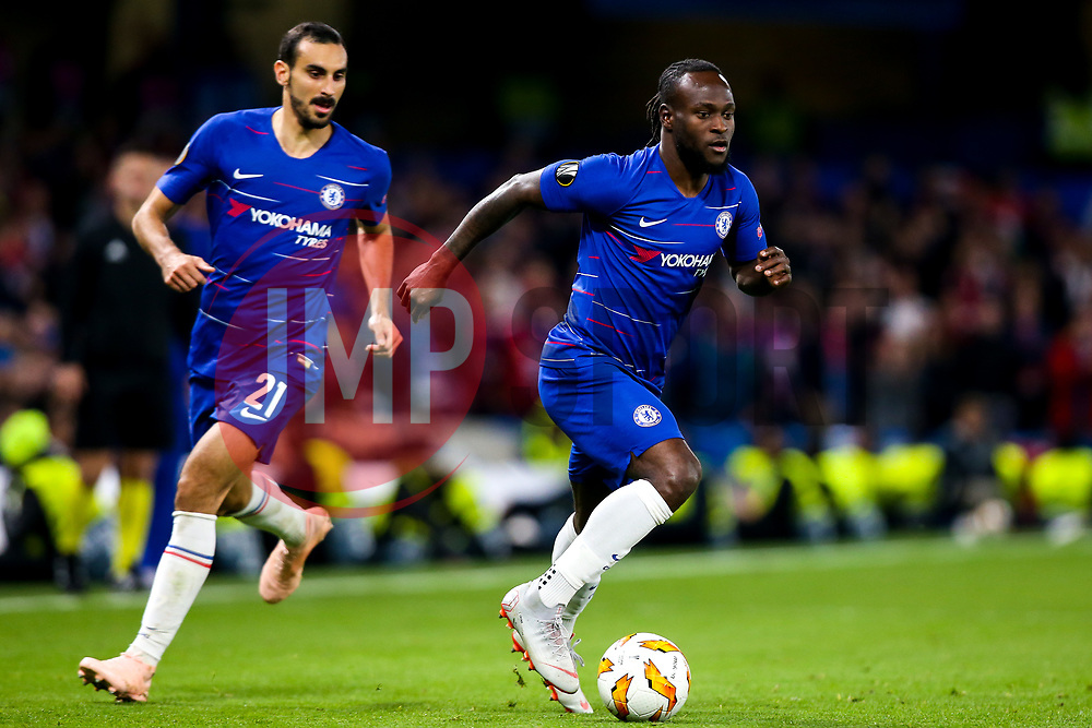 Victor Moses of Chelsea and Davide Zappacosta of Chelsea attack - Mandatory by-line: Robbie Stephenson/JMP - 04/10/2018 - FOOTBALL - Stamford Bridge - London, England - Chelsea v Vidi - UEFA Europa League Group L