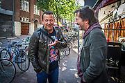 Foto: Gerrit de Heus. Amsterdam. 30-04-2015. André Manuel (R) komt collega-cabaretier Najib Amhali tegen. Amhali speelt die avond in Carré, Manuel in De Kleine Komedie.