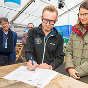 NLD/Amsterdam/20171124 - Persbijeenkomst Fusie Lymph & Co, Prins Bernhard Jr. ondertekend het fusie contrtact
