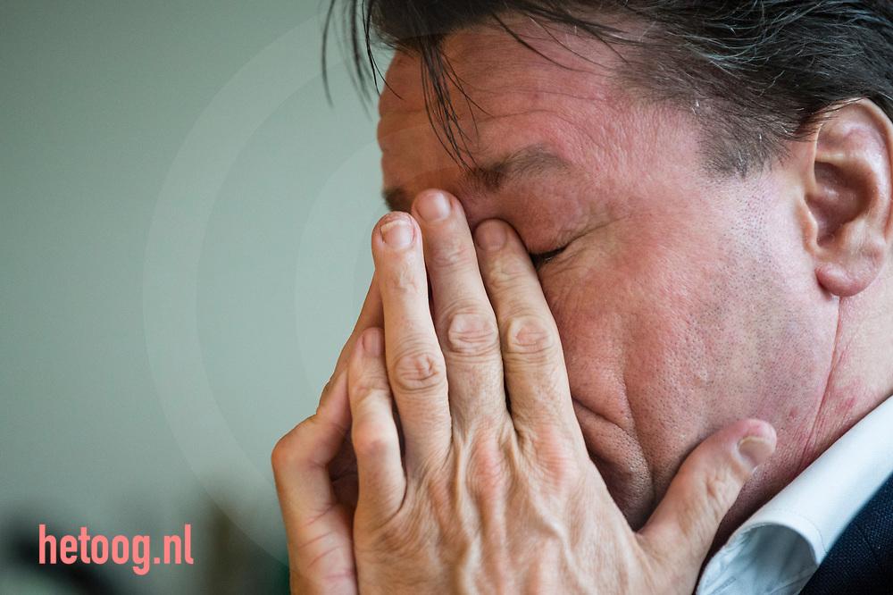 """Nederland,   Oldenzaal  02feb2018 Moe, vooral nu al heel erg vaak moe. - Han van Benthem, in het dagelijks leven Makelaar in Oldenzaal,  is dit jaar Stadsprins van Oldenzaal voor Carnavalsvereniging """"De Kadolstermennekes"""" . Hier thuis (met zijn vrouw Cindy) en op zijn werk gevolgd in aanloop naar het grote feest. Vandaag 02feb vindt er 's avonds  het' Boeskool of the Proms' plaats in Dans- en Partycentrum Rouwhorst.        Fotografie: Cees Elzenga/hetoog.nl  CE20180202 Editie: Alle"""