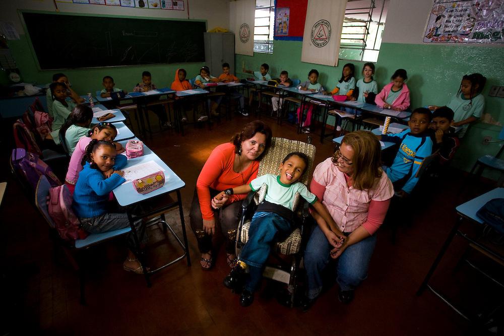 Ribeirao das Neves_MG, Brasil...Professora com um aluno com paralisia cerebral na Escola Estadual Pedro Fernandes...The teacher with a student with cerebral palsy in the State School Pedro Fernandes...Foto: LEO DRUMOND / NITRO.