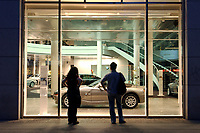 2003, BERLIN/GERMANY:<br /> BMW Group, Niederlassung Berlin, Filiale Kurfuerstendamm 31<br /> IMAGE: 20030528-02-013<br /> KEYWORDS: Auto, KFZ, PKW, Showroom, Praesenation, Präsentation, Neuwagen, Verkauf, Geschaeft, Geschäft, Verkaufsraum, <br /> Schaufenster