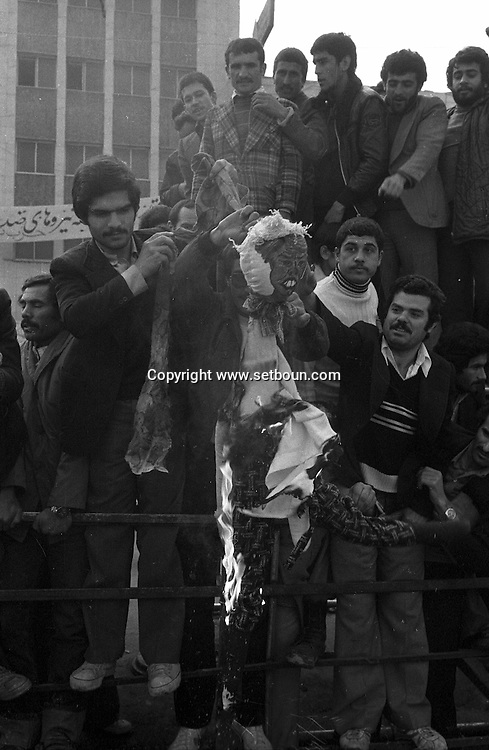 Iran - 18/12/1979 -   demonstration  in front of the american embassy occupied by the students supporting Khomeyni /// manifestation  devant l ambassade americaine occupée par les etudiants pro Khomeyni