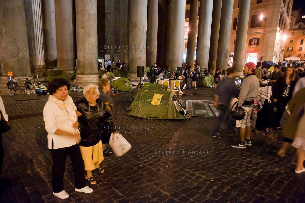 Roma 13 Giugno 2012.Manifestazione  di studenti e precari contro  il DDL Fornero e contro la diseguaglianza economica e sociale. I manifestanti montano le tende  in piazza del Pantheon