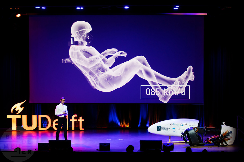 In het auditorium van de TU Delft wordt het ontwerp van de VeloX 9 gepresenteerd. In september wil het Human Power Team Delft en Amsterdam, dat bestaat uit studenten van de TU Delft en de VU Amsterdam, tijdens de World Human Powered Speed Challenge in Nevada een poging doen het wereldrecord snelfietsen voor vrouwen te verbreken met de VeloX 9, een gestroomlijnde ligfiets. Het record is met 121,81 km/h sinds 2010 in handen van de Francaise Barbara Buatois. De Canadees Todd Reichert is de snelste man met 144,17 km/h sinds 2016.<br /> <br /> The presentation of the design of the VeloX 9. With the VeloX 9, a special recumbent bike, the Human Power Team Delft and Amsterdam, consisting of students of the TU Delft and the VU Amsterdam, also wants to set a new woman's world record cycling in September at the World Human Powered Speed Challenge in Nevada. The current speed record is 121,81 km/h, set in 2010 by Barbara Buatois. The fastest man is Todd Reichert with 144,17 km/h.