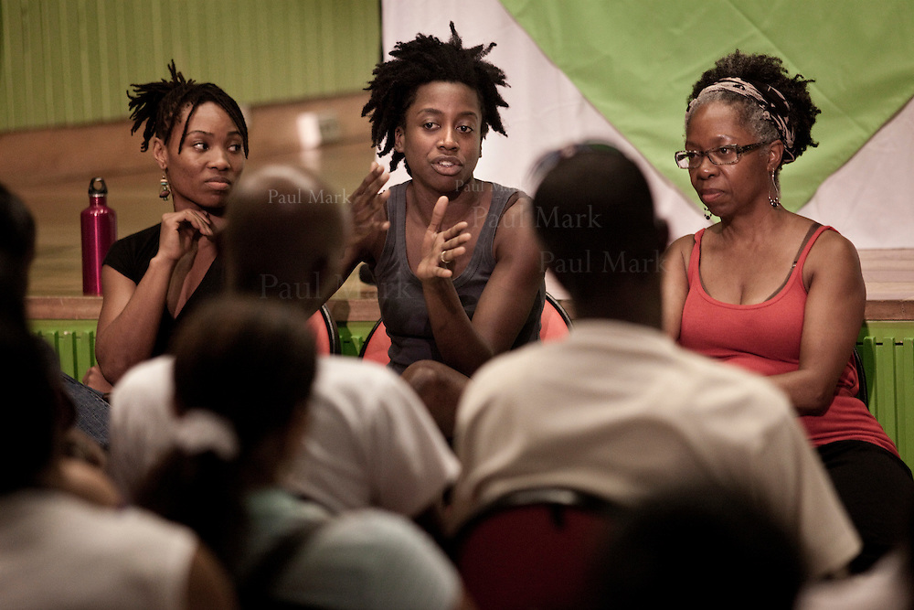 Meghan Bowden addresses a conference with the public. (left: Bennalldra Williams. Right: Jawole Willa Jo Zollar). Colombo American Centre...Urban Bush Women (Brooklyn, USA). Cali, Colombia - March 2010.