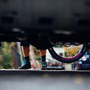 Rex Flake adds a Santa Cruz Nomad to the back of an FJ Cruiser in Leavenworth, Washington.