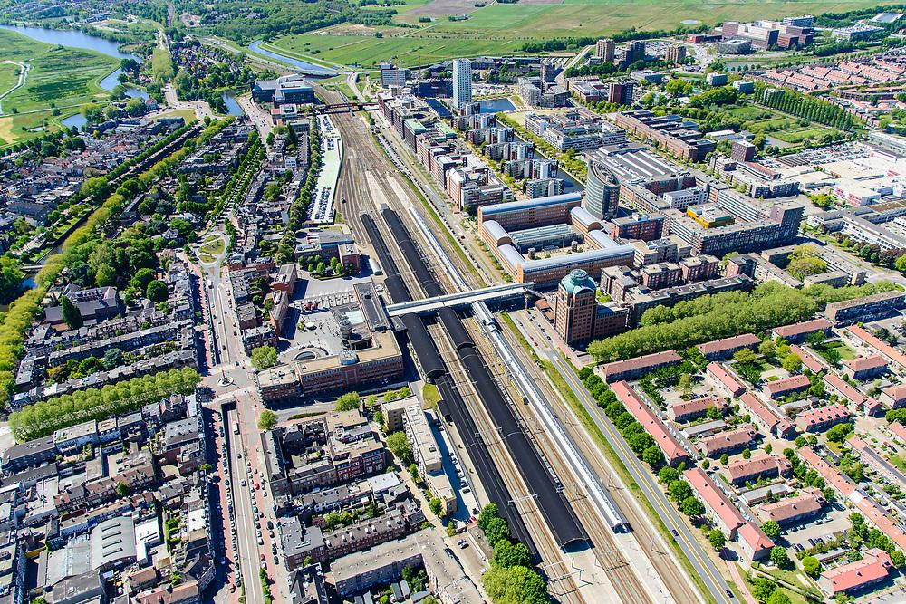 Nederland, Noord-Brabant, Den Bosch, 13-05-2019; NS station Den Bosch en omgeving. Oranje Nassaulaan, Stationsplein. Zcht op de binnenstad, Bossche Broek in het verschiet.<br /> Railway station Den Bosch and surroundings.<br /> luchtfoto (toeslag op standard tarieven);<br /> aerial photo (additional fee required);<br /> copyright foto/photo Siebe Swart
