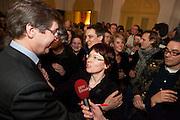 De Utrechtse burgemeester Aleid Wolfssen (links, PVDA) feliciteert GroenLinks lijsttrekker Marry Mos (midden) met haar overwinning. GroenLinks is met 10 zetels nu de grootste partij in Utrecht.