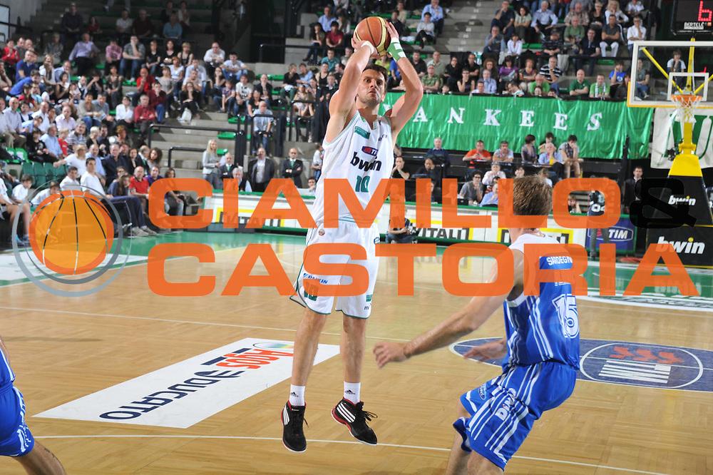 DESCRIZIONE : Treviso Lega A 2010-11 Benetton Treviso Dinamo Sassari <br /> GIOCATORE : Sandro Nicevic<br /> SQUADRA : Benetton Treviso Dinamo Sassari<br /> EVENTO : Campionato Lega A 2010-2011 <br /> GARA : Benetton Treviso Dinamo Sassari<br /> DATA : 09/04/2011<br /> CATEGORIA : Tiro<br /> SPORT : Pallacanestro <br /> AUTORE : Agenzia Ciamillo-Castoria/M.Gregolin<br /> Galleria : Lega Basket A 2010-2011 <br /> Fotonotizia : Treviso Lega A 2010-11 Benetton Treviso Dinamo Sassari<br /> Predefinita :