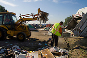Camp Hope, eine Zeltstadt fuer Obdachlose in Ontario, Kalifornien.Die staedtische Muellabfuhr bei der Arbeit im Camp..Fotos © Stefan Falke..Camp Hope, a  tent city for the homeless in Ontario, California.City sanitation workers claer a part of the camp from garbage.