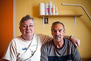 Hans-Joachim Weckert - Rentner aus München (rechts) mit seinem tschechischen Mitbewohner Jan Cerny (links) in Ihrem dreibett Zimmer im Pflegeheim in Pilsen, Tschechische Republik.