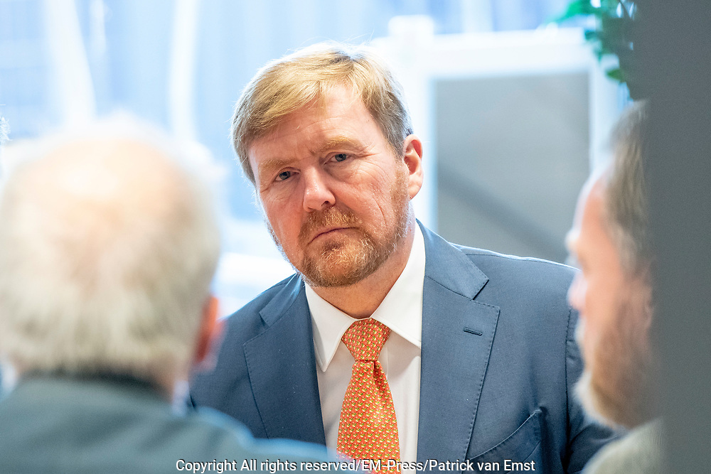 Koning Willem-Alexander tijdens een werkbezoek met minister Arie Slob aan Accent Praktijkonderwijs. Het bezoek stond in het teken van successen, ontwikkelingen en uitdagingen in het praktijkonderwijs
