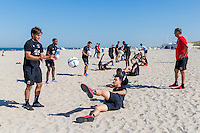 BERGEN - 03-08-2015, strandtraining AZ, strand, AZ speler Joris van Overeem (l), AZ speler Thom Haye (m), AZ trainer John van den Brom (r).