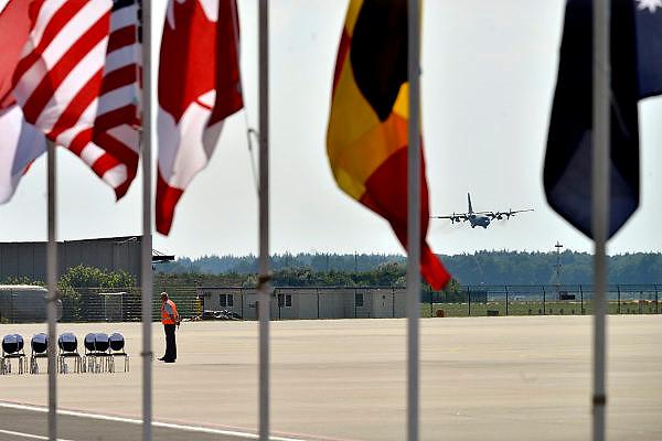 Nederland, Eindhoven,23-7-2014Het Hercules transportvliegtuig landt als eerste op de vliegbasis Eindhoven met de eerste 16 kisten met slachtoffers van de vliegramp boven de Oekraine. Koning en premier moeten nog plaatsnemen op de stoeltjes.FOTO: FLIP FRANSSEN/ HOLLANDSE HOOGTE