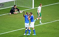 FUSSBALL  EUROPAMEISTERSCHAFT 2012   VORRUNDE Italien - Irland                       18.06.2012 Mario Balotelli (li, Italien) und Leonardo Bonucci (re, beide Italien) jubeln ueber das 2.0.
