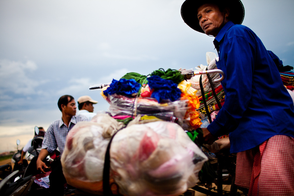 Passagiere auf einer Faehre ueber den Mekong in Kampong Cham, Kambodscha. 08.06.2011