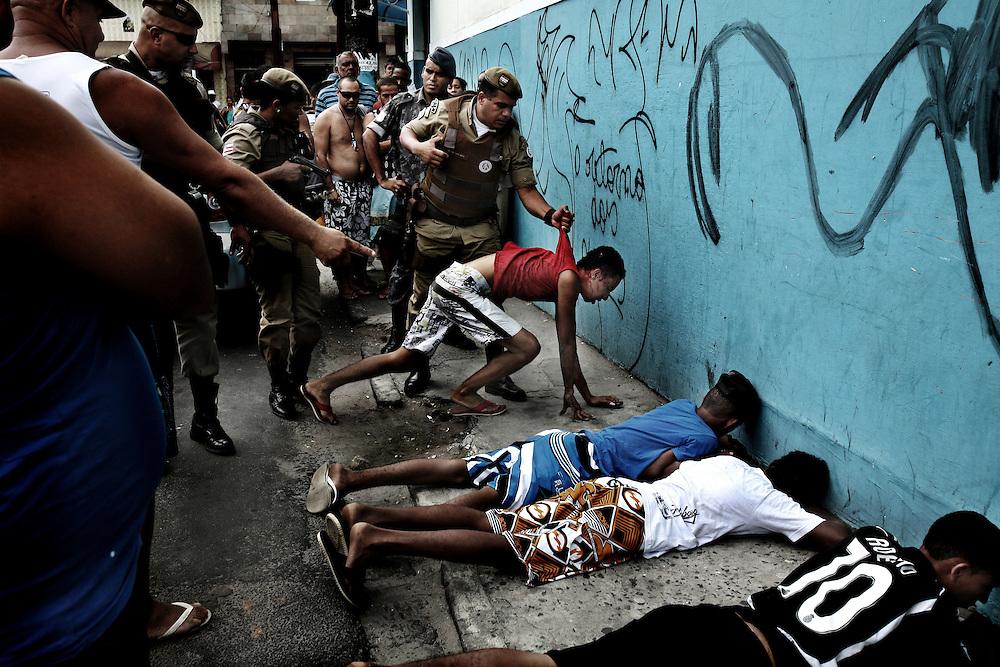 Salvador de Bahia, Brasil, febrero 2010,  algunos chicos so agarrados da la policia porque lo encontraron a vender droga.