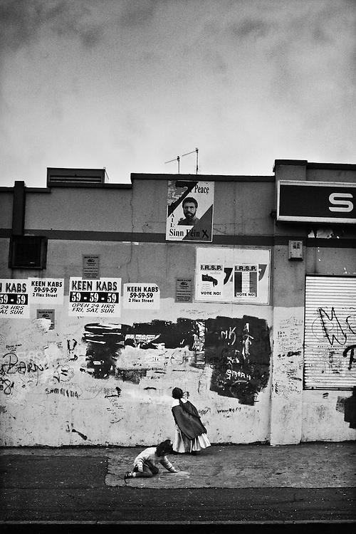 Ballymurphy, quartier catholique, Ouest-Belfast. La campagne pour le référendum est omniprésente dans les ghettos.