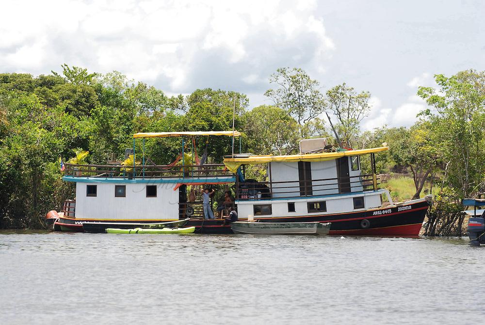 Barco (embaracion) La Iguana en Puerto de Samariapo, estado Amazonas, Venezuela. ©Jimmy Villalta