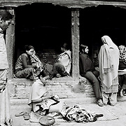 """En début de matinée les femmes du quartier se retrouvent sous les """"reposoirs"""", pour discuter, coudre et s'occuper des plus jeunes enfants. Bhaktapur, Népal. 2008"""