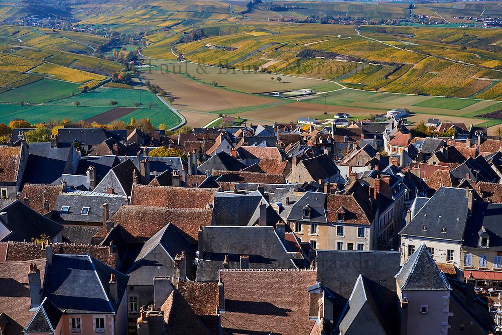 France, Centre-Val de Loire, Cher (18), le Berry, Sancerre et son vignoble en automne, vue sur les toits des maison // France, Cher 18, Berry, Sancerre village, the roofs, vineyard in autumn