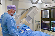 Nederland, Nijmegen, 16-1-2013Een arts onderzoekt het hart en de kransslagader van een patient in de katheterisatiekamer. Via een rontgenapparaat van Philips ziet hij wat hij doet met de draad, het instrument, die in de slagader zit. Het stralingsniveau van dit rontgen apparaat is sterk verminderd door softwareverbeteringen. Het beeld is daardoor korreliger, maar nog goed te bekijken.Foto: Flip Franssen