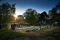 Wassenaar, 4 mei 2018 - Honderden belangstellenden hebben vrijdagavond op de Waalsdorpervlakte in Wassenaar de slachtoffers van de Tweede Wereldoorlog herdacht. Zoals elk jaar was het geluid van de grote Bourdonklok te horen, voorafgaand aan de traditionele twee minuten stilte. In het gebied werden tijdens de oorlog meer dan 250 mensen, vooral uit het verzet, gefusilleerd door de Duitse bezetter. De herdenking in het duingebied kenmerkt zich sinds het begin in 1946 door de afwezigheid van toespraken en autoriteit. Foto: Phil Nijhuis