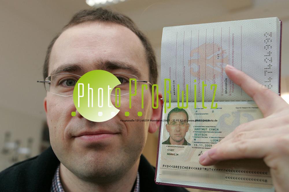 Mannheim. B&uuml;rgerdienste. Hartmut Drescher (li) erh&auml;lt den ersten Personalausweis mit Chipkarte. B&uuml;rgerdienstleiter Helmut Rolli &uuml;berreicht das Dokument.  <br />  ID-Systeme<br /> <br /> Border Management Solutions:<br /> <br /> Neue L&ouml;sungen f&uuml;r eine sichere Identit&auml;t<br /> <br /> Die Anforderungen an die Sicherheit im Grenzverkehr werden heute von zwei wesentlichen Faktoren bestimmt: Der weltweit zunehmenden Kriminalit&auml;t - mit illegalen Grenz&uuml;bertritten, gef&auml;lschten Identit&auml;ten und Dokumenten oder unberechtigten Zutritten - sowie der Notwendigkeit erh&ouml;hter Effizienz und Wirtschaftlichkeit bei der Bew&auml;ltigung von Passagierstr&ouml;men.<br /> <br /> Dies erfordert neue Konzepte und L&ouml;sungen - sowohl f&uuml;r die Sicherheit an Grenzen als auch den Schutz von sensiblen Bereichen in Unternehmen oder der &Ouml;ffentlichkeit.<br /> <br /> Mehr Sicherheit durch Biometrie<br /> <br /> Um den erh&ouml;hten Anforderungen an die Sicherheit gerecht zu werden, schlie&szlig;en wir den Kreis der Identit&auml;tssicherung: Von der Ausstellung der ID-Dokumente bis zur Grenzkontrolle. Dabei bauen wir auf neue Technologien im Bereich der Biometrie und innovative Kontrollverfahren - als Schl&uuml;ssel zu mehr Sicherheit und Effizenz im Grenzverkehr bzw. bei Zutrittskontrollen.<br /> <br /> Biometrische Technologien bieten entscheidende Vorteile und sind die Basis f&uuml;r neue Wege der Sicherung und Kontrolle von Identit&auml;ten: Biometrische Merkmale, wie z.B. das Gesicht oder der Fingerprint, sind einzigartige, individuelle Merkmale der Identit&auml;t eines jeden Menschen. Sie sind nicht &uuml;bertragbar und k&ouml;nnen nicht verloren gehen. Biometrische Daten k&ouml;nnen in Dokumente integriert werden. Bereits in Dokumenten enthaltene Informationen - wie das Passfoto - k&ouml;nnen mit Hilfe biometrischer Kontrollverfahren verifiziert werden.<br /> <br /> Die Bundesdruckerei definiert mit innovativen Technologien, 