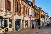 France, Bourgogne-Franche-Comté, Yonne (89), Sens, maisons à pan de bois dans la Grande Rue // France, Burgundy, Yonne, Sens, Grande rue street