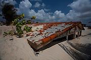 Natal_RN, Brasil...Casa soterrada pela areia na Praia de Jenipabu...House buried under sand on Jenipabu beach...Foto: LEO DRUMOND / NITRO