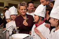 """03 FEB 2005, BERLIN/GERMANY:<br /> Renate Kuenast, B90/Gruene, Bundesministerin fuer Verbraucherschutz und Landwirtschaft, kocht mit Kindern der Werbellinsee-Gundschule unter dem Motto """"Bio-Kochen"""", Werbellinsee-Gundschule<br /> IMAGE: 20050203-01-014<br /> KEYWORDS: Renate Künast, Kids, Kind, kochen, Kueche, Küche, Herd, gesund, Kochtopf"""