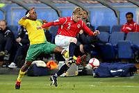 Fotball<br /> 10. Oktober 2009<br /> Privatlandskamp<br /> Ulevål stadion<br /> Norge v Sør-Afrika<br /> Siphiwe Tshabalala , Sør-Afrika<br /> Tom Høgli , Norge<br /> Foto : Astrid M. Nordhaug